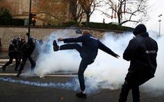 Đến lượt học sinh và tài xế cứu thương biểu tình ở Pháp
