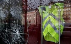 Chính phủ Pháp lao đao vì chị bán mỹ phẩm và anh tài xế xe tải