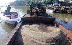 Bắt thuyền chở cát khai thác trái phép trên sông Đồng Nai