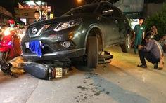Ôtô va chạm nhiều xe máy, tài xế đóng cửa bỏ đi
