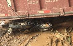 Xe container chở gỗ dăm lật, đè chết hai cô gái trẻ