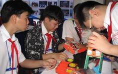 Học trò thi lắp ráp và lập trình robot