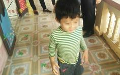 Bé trai bị buộc dây tạm thời được bố trí giáo viên riêng