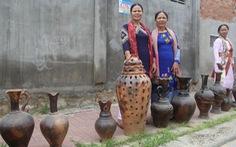 Đồng bào Chăm làm gốm, trưng bày dọc Đường gốm Bàu Trúc