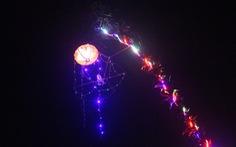 Ngắm cây nêu lúc lên đèn