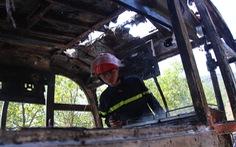 Xe du lịch chở khách nước ngoài cháy trên đèo Hải Vân