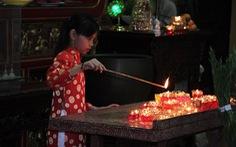 Sau giao thừa, người dân đổ về chùa, hái lộc đầu năm