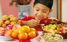 Trẻ em với thức ăn ngày Tết