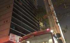 Cháy nhà hàng chung cư 12 tầng, nhiều người đập kính thoát thân