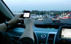 Pháp cấm vừa lái xe vừa nhắn tin, kể cả khi dừng đèn đỏ