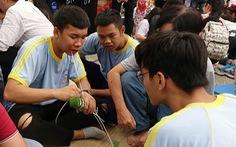Học trò Sài Gòn gói bánh tét đón tết