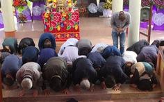 41 người Hàn Quốc cúi đầu tạ lỗi trước hàng bia mộ ở Hà My