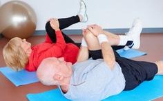 Mất cơ ở người già có thể do suy giảm lượng dây thần kinh