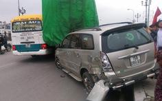 Xe tải chết máy trượt dốc từ trên cầu gây tai nạn liên hoàn