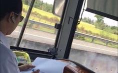 Đề nghị xác minh, xử lý tài xế xe khách vừa lái vừa ghi sổ sách