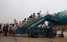 Khách mở cửa thoát hiểm máy bay Vietnam Airlines tại Nhật Bản