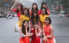 Mặc áo dài nhảy nhạc Hàn giữa phố đi bộ