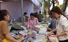 Người dân Đà Nẵng chen chân mua sách 39.000 đồng/kg
