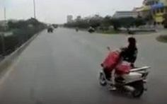 Cởi áo mưa khi đi xe máy, hai mẹ con thoát chết trong gang tấc