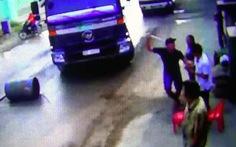 Dân chặn đường xe ben chở đá bị 'người lạ' cầm ống tuýp dọa đánh