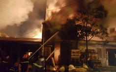 Xưởng pallet cạnh cây xăng bốc cháy ngùn ngụt