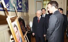 Tặng ảnh 'Cụ bà đẹp nhất thế giới' cho tổng thống Pháp