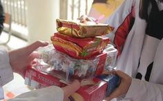 Gom bánh kẹo chưa dùng sau tết tặng trẻ em nghèo