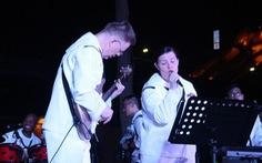 Hải quân Mỹ hát 'Nối vòng tay lớn' ở cầu Rồng - Đà Nẵng