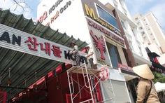Bảng hiệu tiếng nước ngoài  'đè' tiếng Việt