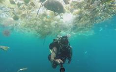 Rùng mình bơi qua 'biển rác' ngay sát thiên đường du lịch Bali