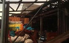 Lốc xoáy bất ngờ trong 1 tiếng, hàng trăm nhà tốc mái