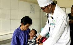 Bé trai 12 tháng tuổi cha mẹ bỏ rơi bị bỏng nặng