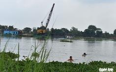 Dân ôm cây chuối bơi ra sông Hậu 'đấu' xáng cạp