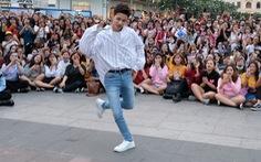 Kim Samuel nhảy cùng khán giả ở phố đi bộ Nguyễn Huệ