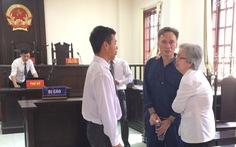 Người mẹ mù òa khóc khi con được trả tự do tại tòa