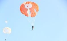 Xem học viên phi công nhảy dù