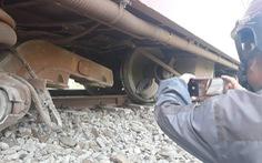 Chuyển tải khách bằng ôtô sau vụ tàu trật bánh ở Bình Thuận