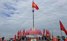 Thượng cờ mừng ngày thống nhất bên bờ sông giới tuyến