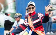 H'Hen Niê đạp xe đón đoàn đua cúp truyền hình ngày 30-4