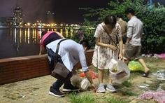 Bạn trẻ dọn sạch rác bờ sông Hàn sau pháo hoa