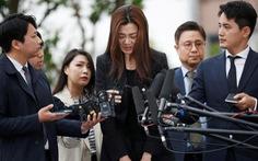 Con gái chủ Korean Air khóc lóc khi ra trình diện cảnh sát