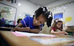 Cô bé 7 tuổi không có bàn tay đoạt giải nhất thi viết chữ đẹp
