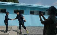 Cơn sốt bắt chước cú bắt tay Kim - Moon  gây sốt Hàn Quốc