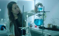 Nhà khoa học lấy mùi cơ thể chồng chiết xuất thành nước hoa