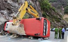 Xe khách đâm vào vách núi, 2 cán bộ công an hưu trí tử vong