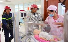 Diễn tập đưa lồng bệnh nhi thoát khỏi đám cháy bệnh viện