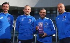 """Brighton 'thưởng"""" cho huấn luyện viên Hughton"""