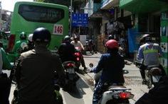 Vướng xe buýt, lại thêm đi ngược chiều, đường đã chật càng thêm... 'loạn'!