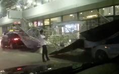 Tôn rào chắn công trình đổ sập đè 2 ôtô trong sân bay Nội Bài