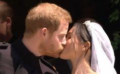 Hoàng tử Harry và Meghan Markle hôn nhau trước nhà nguyện St George